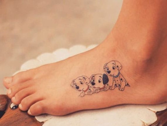 kleine Dalmatiner tätowierung am fuß als idee für mini disney tattoo für frauen