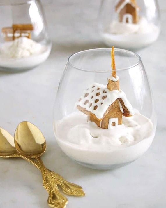 rezeptidee für schnelles und leckeres weihnachtsdessert mit eiscreme und lebkuchen-topper