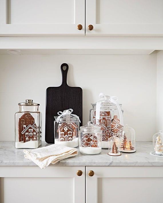 schöne winterdeko ideen mit lebkuchenhäusern unter glasglocke