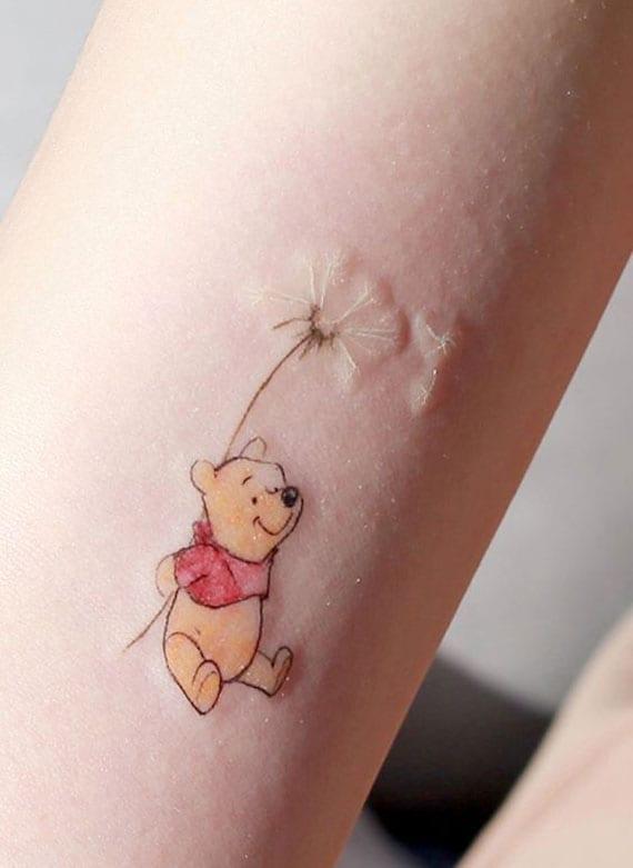 miniatur tattoo Pu der Bär mit Löwenzahn