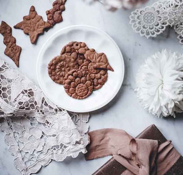 einfaches rezept aus der leckeren lebkuchenwelt für saftigs weihnachtsgebäck mit spitzen muster