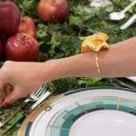 coole idee für eine besondere tafeldeko im herbst mit roten äpfeln und efeuranken als tischdecke