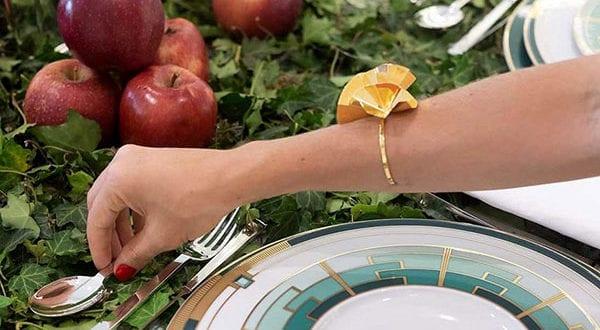 Bezaubernde Herbstdeko für den Tisch mit Efeu und Äpfeln