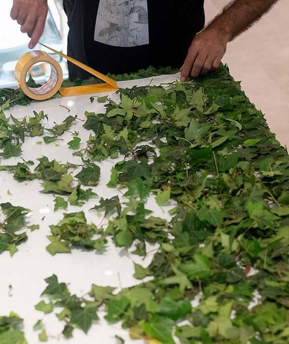 diy herbstdeko für den tisch mit blätterteppich aus efeu