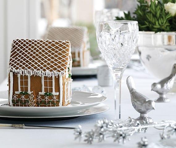 schöne winterdeko ideen aus der leckeren lebkuchenwelt_elegante platztellerdeko mit großen lebkuchenhäusern