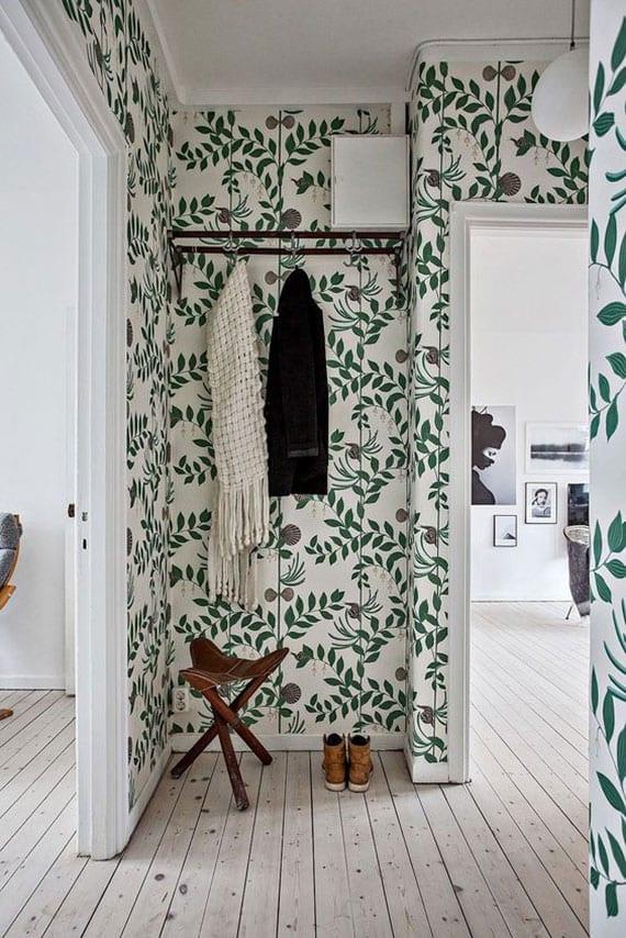 helle diele im skandinavischen stil mit holzboden und floralen tapeten