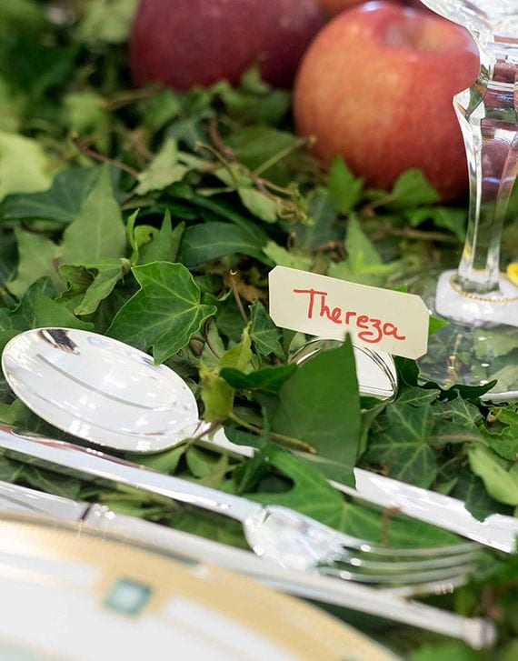 tisch festlich eindecken mit dessertbesteck und tischkarten_idee für elegante herbstdeko für den tisch