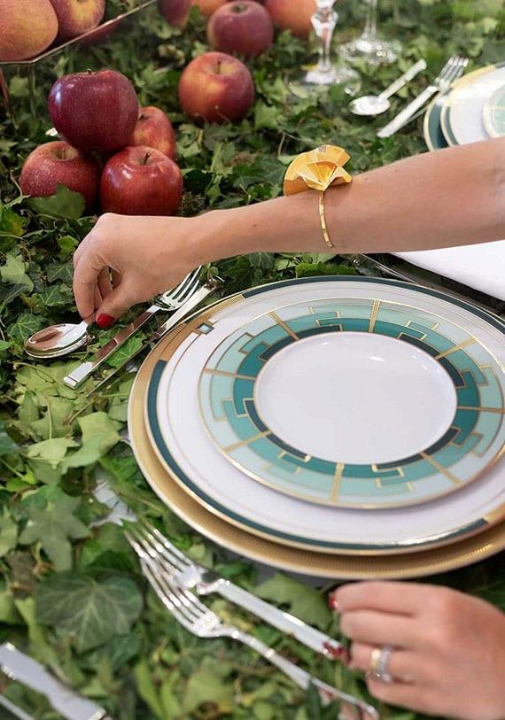 tisch stilvoll eindecken und mit einer natürlichen herbstdeko für den tisch elegant verzieren