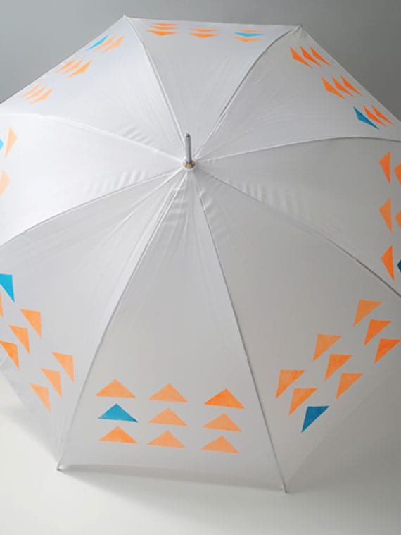 der regenschirm in weiß als DIY mode-accessoire mit individuellem design