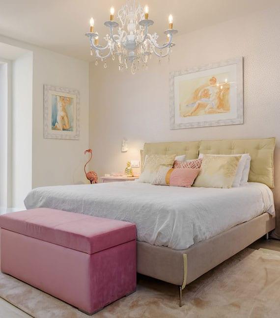 schöne schlafzimmer idee für mädchen mit sitztruhe in pink und modernem doppelbett mit kissen-kopfteil in gelb und metallfüssen in gold