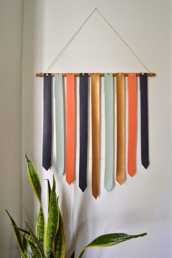 einfache und kreative wanddekoration mit farbigen lederstreifen und treibholz