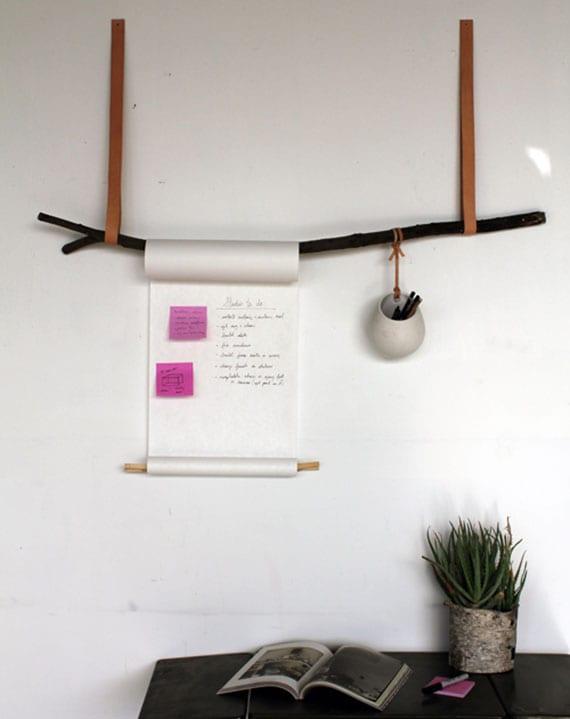 coole DIY Deko Ideen für wand mit einer Nitiztafel aus baumast, zwei g+rteln und einer papierrolle