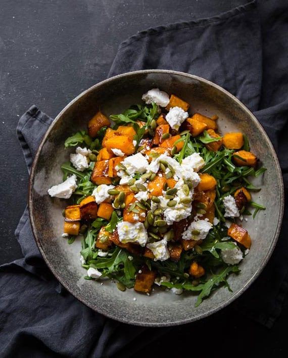 mit kürbis abnehmen_leckere rezeptidee für rucola salat mit geröstetem kürbis und feta
