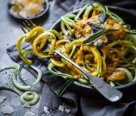 gesundes Rezept für leckere Zucchininudeln mit Kürbis und Salbei