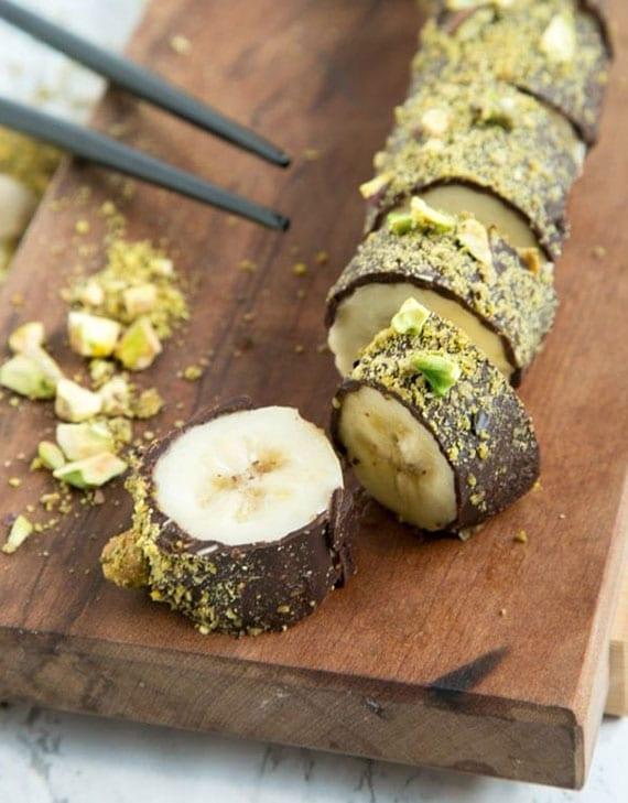 banane mit zartbitterschokolade und gerösteten pistazien als süße partysnacks einfach und schnell zubereiten