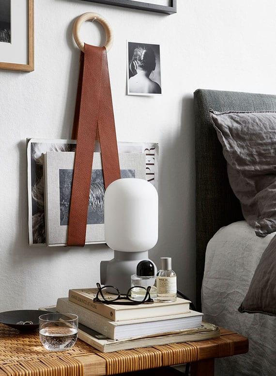 stilvolle wanddeko mit diy magazinhalter aus ledergürtel als originelle und nützliche diy deko idee