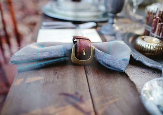 coole upcycling ideen mit ledergürtel für eine effektvolle tischdeko mit gürtel-serviettenringen