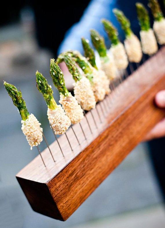 idee für raffinierte häppchen mit spargel, käse und sesam