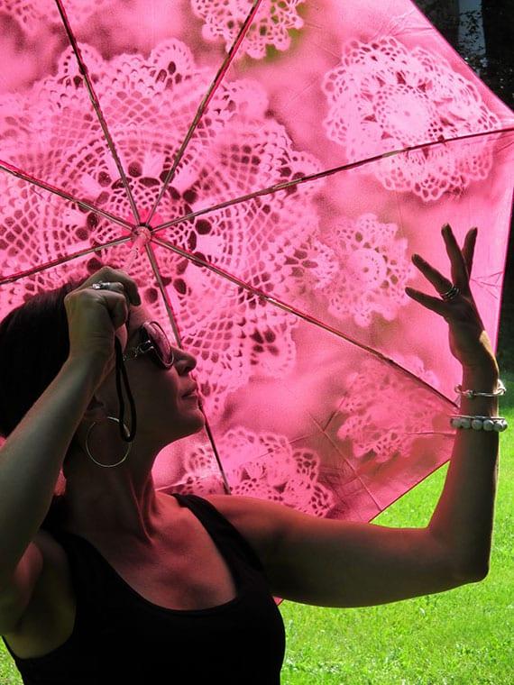 der regenschirm als praktisches und individuelles diy geschenk_bastelidee für regenschirm mit spitzenmuster