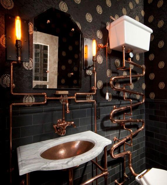 schickes Badezimmer im Industrie-Stil mit schwatzen tapeten, metro fliese schwarz matt und sichtbaren rohrleitungen