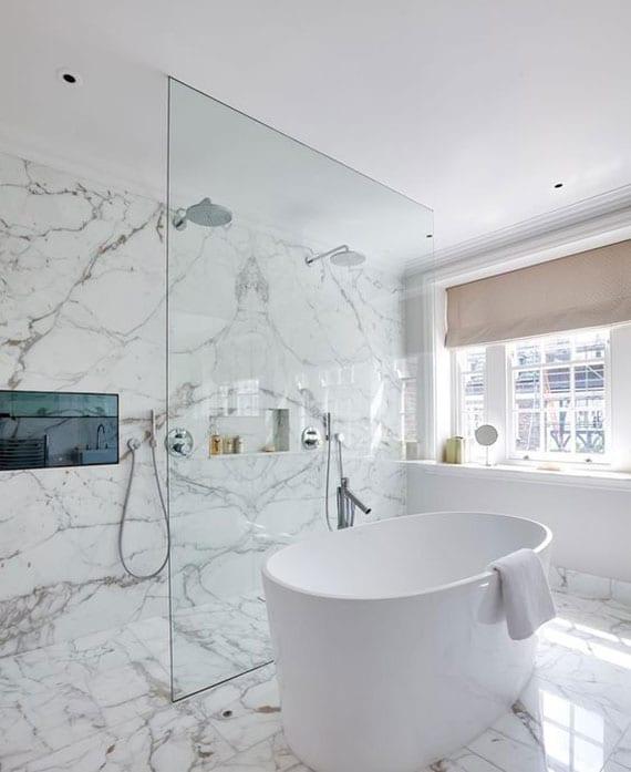 komfort und entertainment im badbereich_luxus badezimmer mit Smart-Home-Technologie