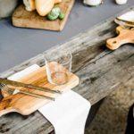 rustikale tischdeko mit brett aus holz als platzset idee für besondere anlässe