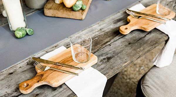Charmantes Gedeck mit einem Tischset aus Holz