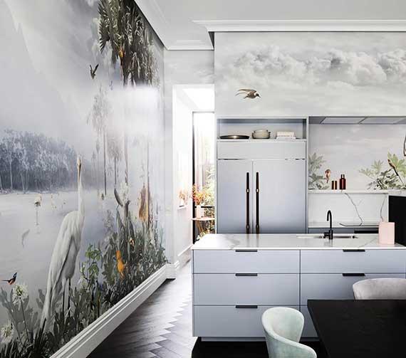 küche stylisch gestalten mittels fototapeten mit collagen_idee für beeindruckende wanddeko in kleiner küche mit weißen küchenschränken