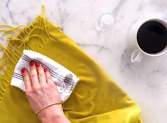 lästige kaffeeflecken aus der Kleidung entfernen mittels professionellen reinigungsmittel durch betupfen mit alkohol