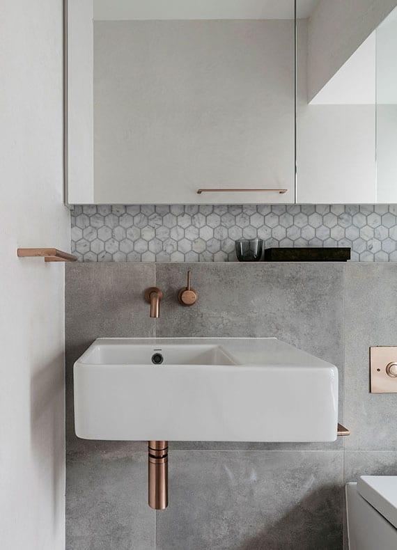 raffiniertes bad interieur design mit grauen wandfliesen und edlen badarmaturen messing