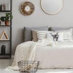 die positive wirkung der kühlen farben im schlafbereich_schicke gestaltung des schlafzimmers in hellgrau und weiß