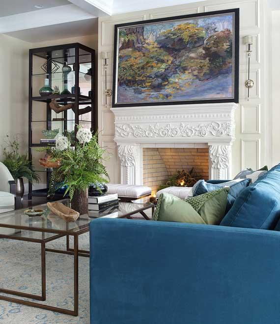 stilvolle wohnzimmer einrichtung mit blauem sofa und glas couchtischen vor kamin, vitrine als wohndeko, stauraum und fenstersichtschutz