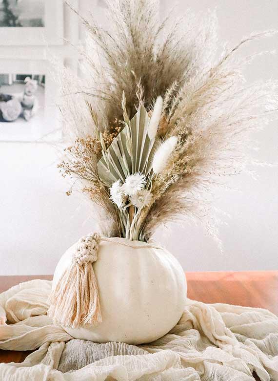schöne kürbis ideen für rustikale tischdeko im herbst mit trockenblumen und dekorativen gräsern