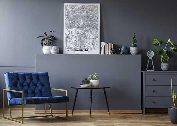 ein modernes wohnzimmer im grau stilvoll dekorieren mit einem stadtplan-poster und grünen pflanzen in weißen blumentöpfen