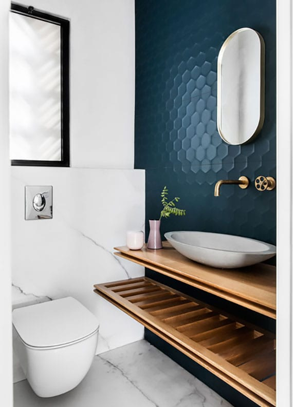 badmöbel trends in warmen Holztönen_das kleine badezimmer elegant gestalten mit dundelblauen hexagonfliesen, wandverkleidung in marmor optik und waschtisch holz