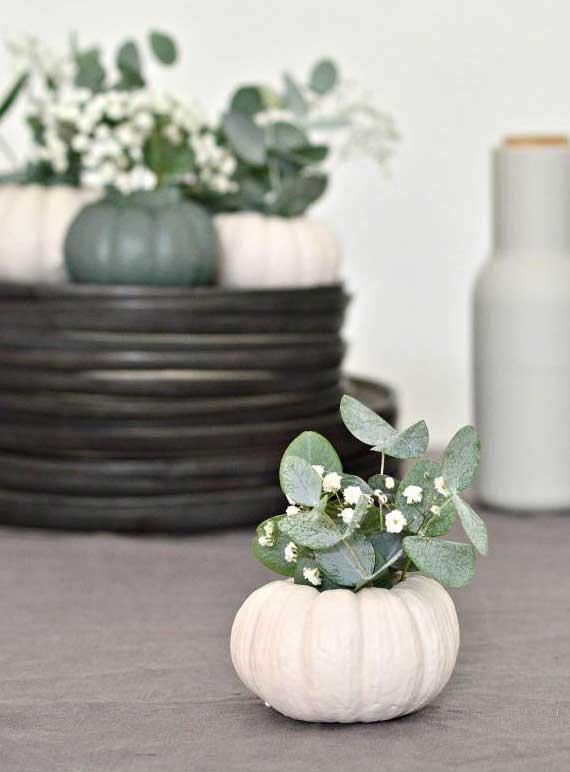 moderne tischdeko ideen für festliche Tafel mit selbstgemachten Kürbis-Vasen