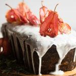 rezept für ingwerkuchen mit pochierten birnen und roten birnenscheiben als deko