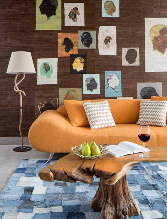eklektisches Wohnzimmer gestalten mit diy teppich aus jeans, couchtisch aus treibholz, designer sofa orange und cooler wohndeko