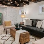 kellerraum modern einrichten und als wohnraum nutzen_gestaltungsidee für gästezimmer mit kleinen fenstern, deckengestaltung mit lichterkette, sitzecke mit sofa und vintage couchtisch holz