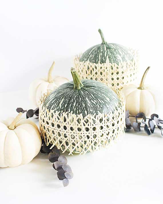 attraktive kürbiss ideen für moderne tischdeko mit rattangewebe und grünen speisekürbissen