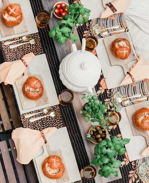 attraktive tisch dekoideen mit einem brett-tischset zum servieren von leckerer Supper