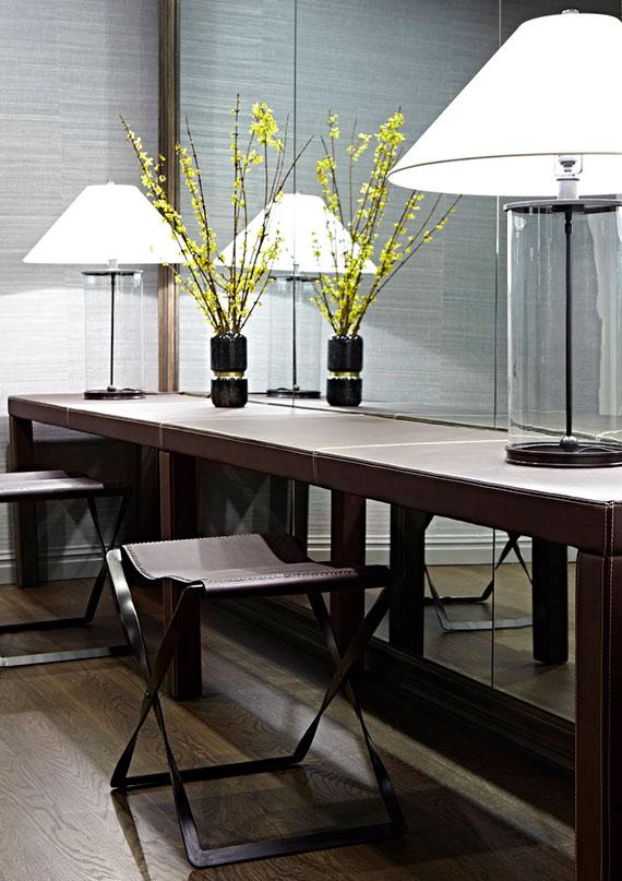 den keller als wohnliches gästezimmer modern einrichten mit schminktisch aus leder vor großem wandspiegel