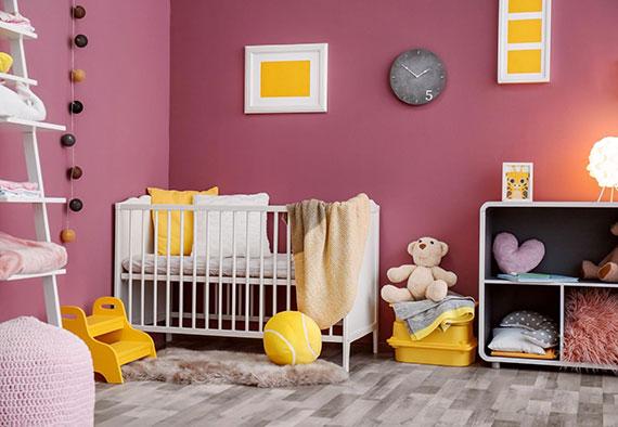 mädchen babyzimmer in rosa und gelb praktisch einrichten mit mitwachsenden kindermöbeln und passenden accessoires