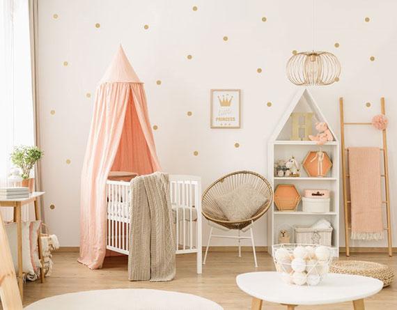 babyzimmer für mädchen als wohlfühlort in pastellfarben gestalten durch wandgestaltung mit punkten, textilien in beige und pink, babybett mit himmel