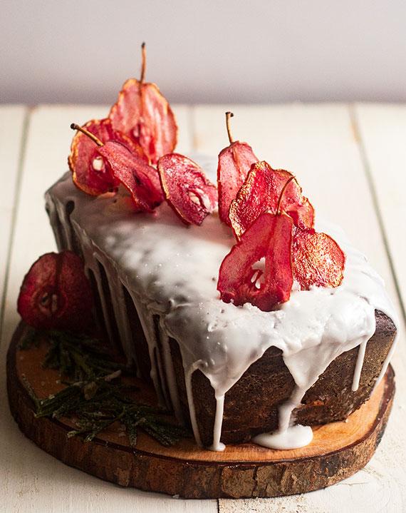 hausgemachte birnenchips als gesunder snack und farbige dekoration für torten und kuchen im herbst