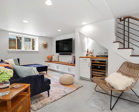 einladendes gästezimmer und unterhaltungsbereich im keller einrichten mit ecksofa blau, weinkühlschrank, tv-gerät, sitzbank mit stauraum