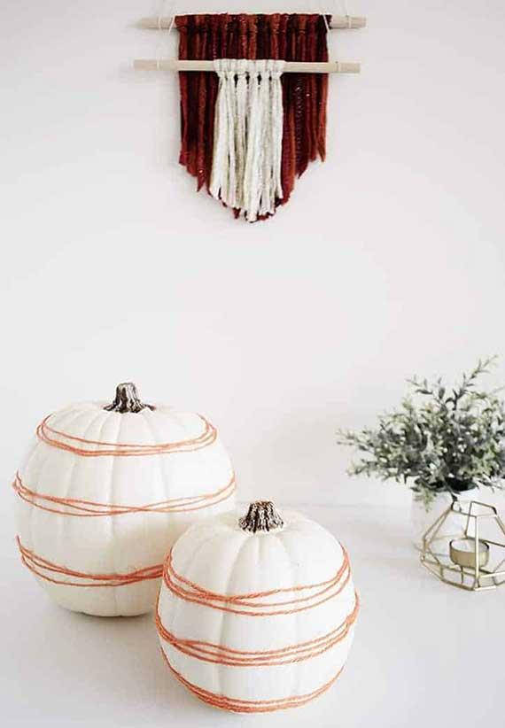 einfache aber stilvolle kürbis dekoidee mit weißen kürbissen und garnfaden