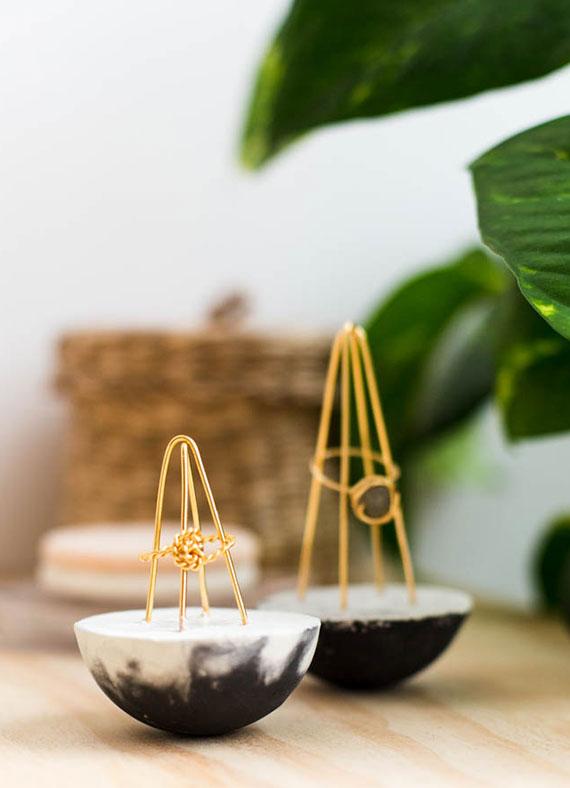coole und einfache bastelidee für selbstgemachte ringhalter aus beton und draht als tolle geschenkidee zu weihnachten