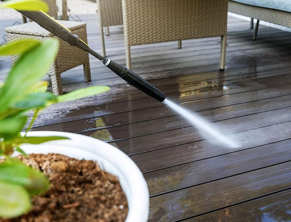 die Beständigkeit gegen Chemikalien, Öle, Wasser, Insekten und UV-Strahlung macht WPC zu einem der beliebtesten Bodenbeläge für den Balkon
