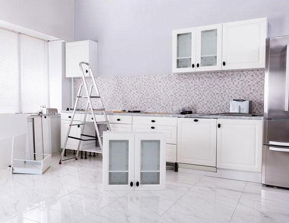 eine atemberaubende küche einrichten mit passenden Farben und Regalsystemen